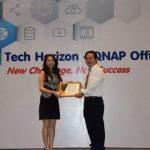 Đại diện hãng QNAP trao chứng nhận Nhà phân phối chính thức cho Tech Horizon.