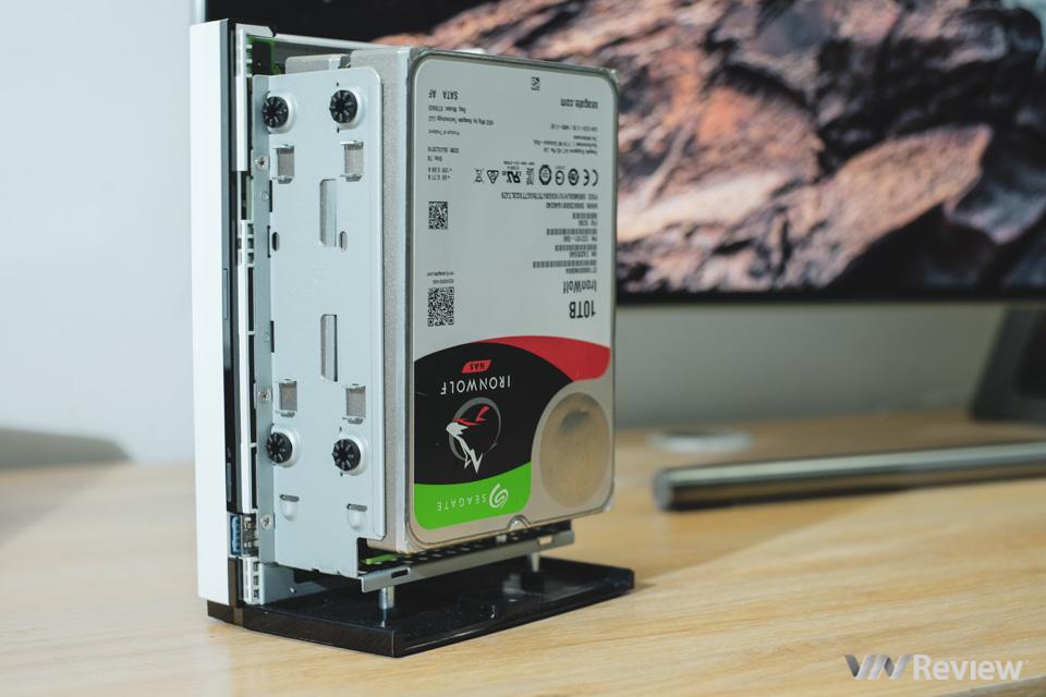 Qnap TS-228 được thiết kế để thay ổ cứng dễ dàng, không cần dụng cụ